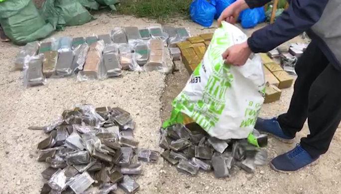 Наркотики, изъятые сотрудниками Федеральной службы безопасности РФ (ФСБ) в ходе спецоперации по пресечению незаконного сбыта особо крупных партий наркотических средств через интернет