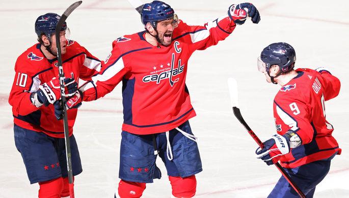 Нападающий «Вашингтон Кэпиталз» Александр Овечкин празднует с одноклубниками гол в НХЛ