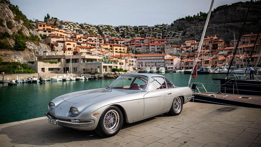 <b>Lamborghini 350 GT</b> (годы выпуска: 1964&nbsp;- 1966). Это первый серийный автомобиль производства Lamborghini. Модель оснащалась 3,5-литровым двигателем V12. Успех 350 GT обеспечил выживание компании, утвердив её в качестве жизнеспособного конкурента Ferrari.