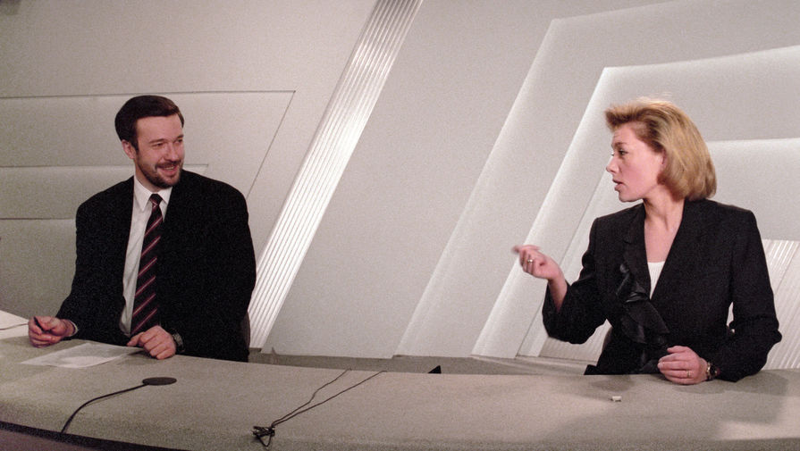 Спортивный комментатор Василий Кикнадзе и ведущая Арина Шарапова в прямом эфире программы «Время», 1998 год