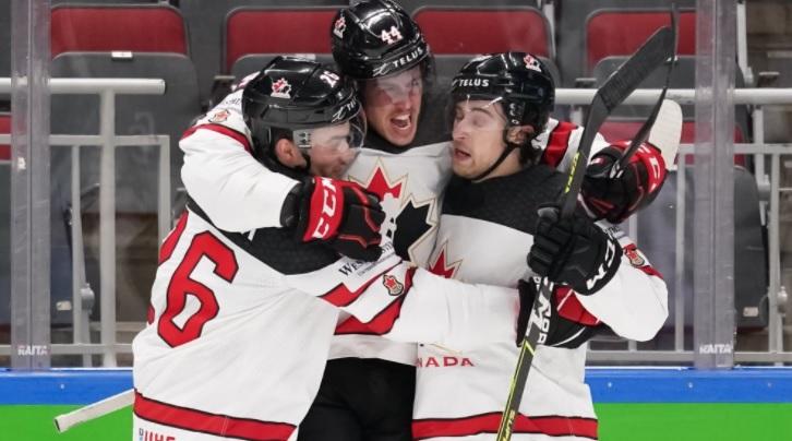 Канадские хоккеисты празднуют победу на чемпионате мира по хокею