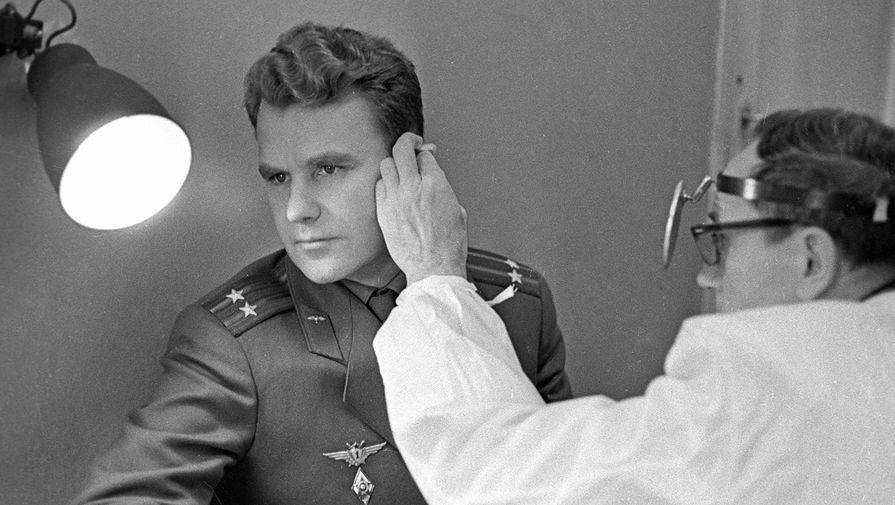 Космонавт Владимир Шаталов проходит медицинский осмотр у врача-отоларинголога перед космическим полетом, 1969 год