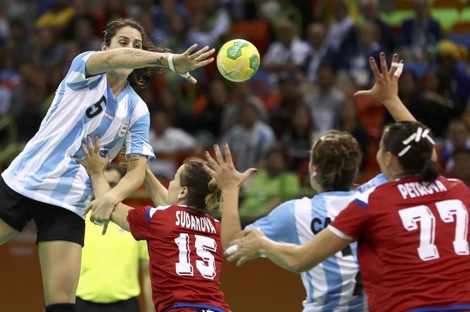 Женская сборная России по гандболу в матче четвертого тура группового этапа Олимпийских игр в Рио-де-Жанейро переиграла команду Аргентины со счетом 35:29.