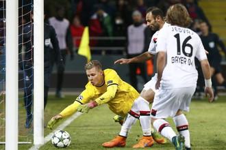 Вратарь «Байера» Бернд Лено останавливает мяч на «ленточке» после удара Александра Головина