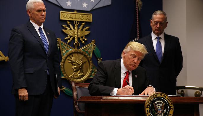 Президент США Дональд Трамп подписывает распоряжение, которое вводит более жесткие проверки с целью недопущения иностранных террористов на территорию США