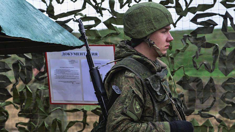 Военнослужащий вооруженных сил России во время учений ВДВ на полигоне Опук в Крыму, 20 марта 2017 года