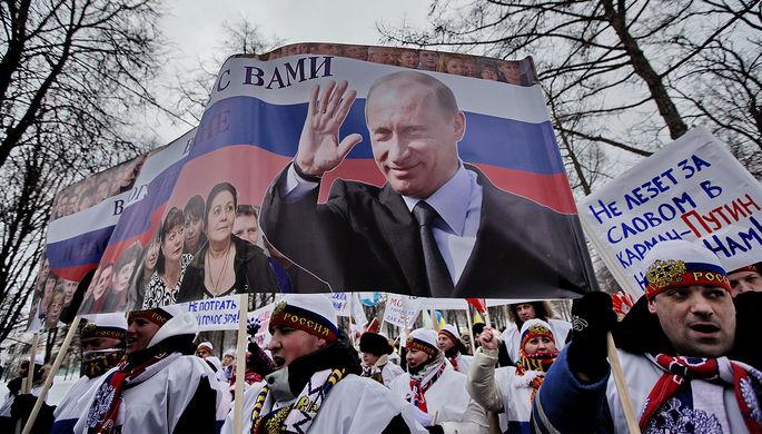 Участники митинга «Защитим страну!» в поддержку кандидата в президенты России Владимира Путина в Москве, 2012 год