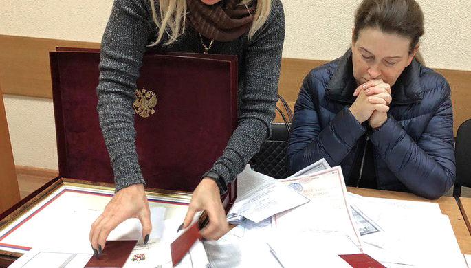 Министр здравоохранения Ростовской области Татьяна Быковская (справа), задержанная по делу о превышении должностных полномочий, в Ленинском районном суде, ноябрь 2019 года
