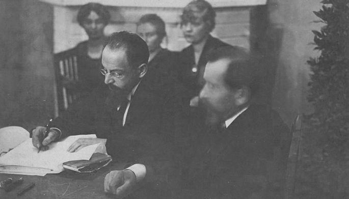 Глава советской делегации Адольф Иоффе подписывает договор, 2 февраля 2020 года
