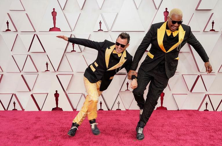 Мартин Десмонд Роу и Трейвон Фри, получившие награду как режиссеры лучшего короткометражного фильма «Два далеких незнакомца», появились в рифмующихся костюмах Dolce & Gabbana. На подкладках пиджаков можно было прочесть имена темнокожих, ставших жертвами жестокости полицейских.