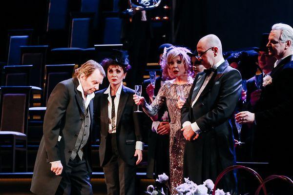 Сцена изспектакля «Театр»