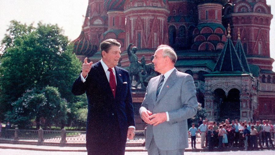 Лидеры СССР и США Рональд Рейган и Михаил Горбачев на Красной площади во время визита американской...