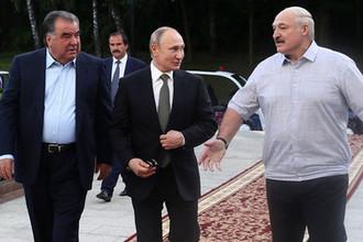 Президент России Владимир Путин, президент Таджикистана Эмомали Рахмон и президент Белоруссии Александр Лукашенко во время неформальной встречи в резиденции в Минске, 30 июня 2019 года
