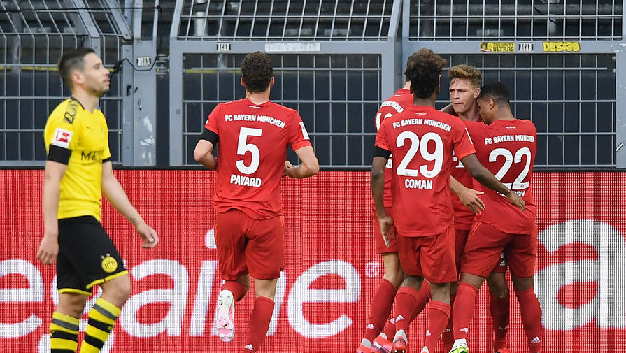Футболисты «Баварии» празднуют гол Йозуа Киммиха (второй справа)