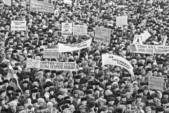 Политическая система, сформированная в начале 90-х как компромисс с улицей и подрихтованная в «тучные» нулевые, изжила себя