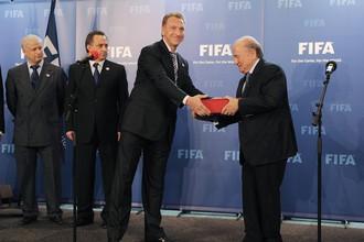 14 мая 2010 года. Цюрих. Игорь Шувалов передает заявочную книгу России президенту ФИФА Йозефу Блаттеру