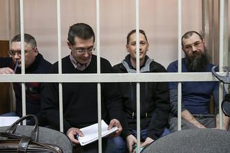 Бывший замглавы Минрегионразвития Роман Панов (второй слева) во время рассмотрения дела о хищении денежных средств, выделенных на подготовку саммита АТЭС во Владивостоке в 2012 году
