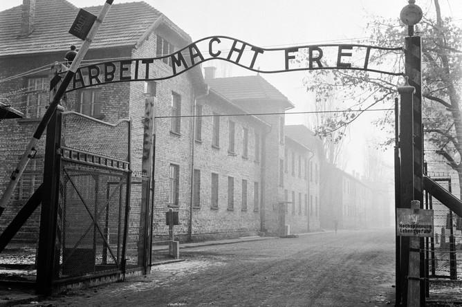 Над воротами лагеря располагалась чугунная надпись: «Arbeit macht frei» («Труд освобождает»)
