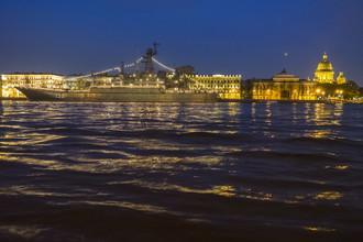 Большой десантный корабль (БДК) «Королев» в акватории Невы