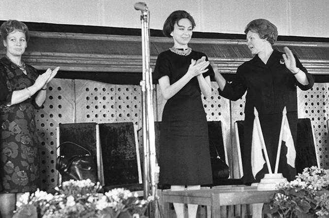 Тамара Миансарова приветствует работниц легкой промышленности, 1964 год