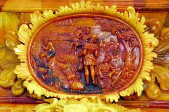 Фрагмент янтарной панели в Янтарной комнате Екатерининского дворца в Царском Селе, 2003 год