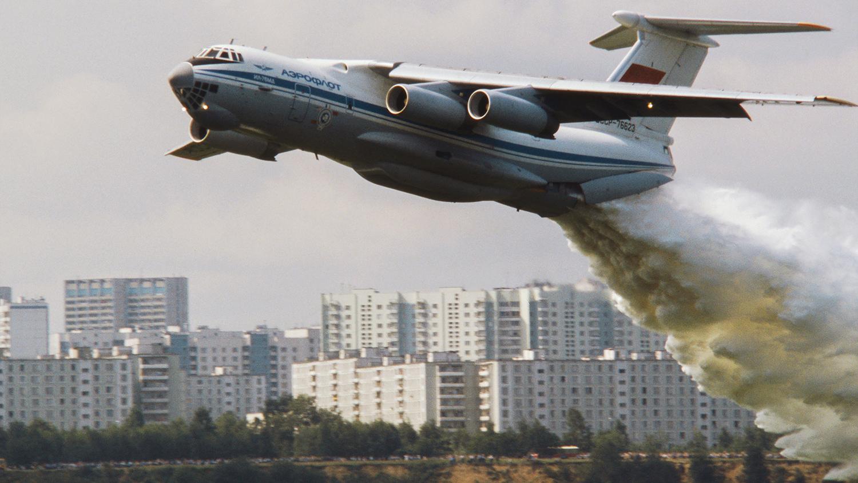 Самолет ИЛ-76, используемый для тушения пожаров, во время взлета на военно-спортивном парашютном празднике в Москве, 1990 год