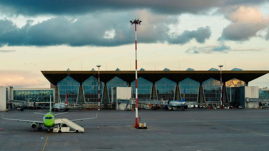 Самолет Як-40 выкатился за пределы ВПП в петербургском аэропорту