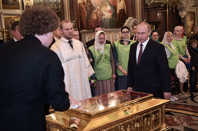24 мая 2017 года. Президент РФ Владимир Путин во время посещения храма Христа Спасителя, где размещен ковчег с мощами святителя Николая Чудотворца