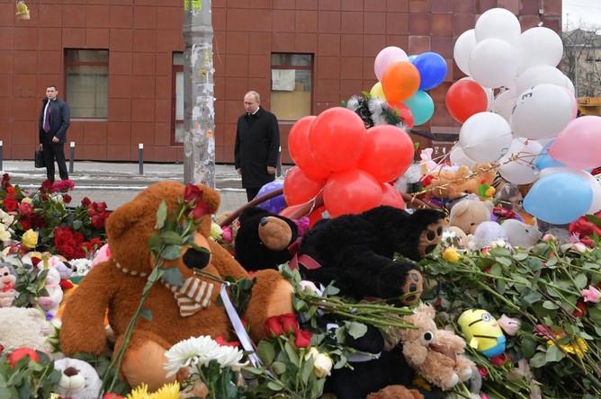 Президент России Владимир Путин во время возложения цветов после около ТЦ «Зимняя вишня» в Кемерово после пожара, 27 марта 2018 года