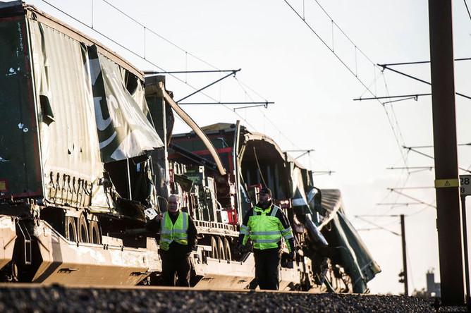 Грузовой поезд, предметы из которого полетели на железнодорожные пути и в пассажирский поезд