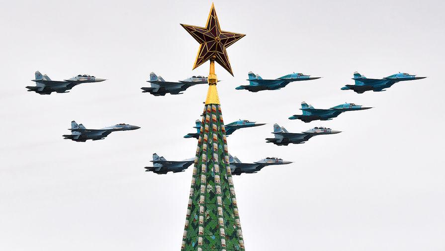 Строй «тактическое крыло» из истребителей Су-30СМ, Су-35С и бомбардировщиков Су-34 на воздушном параде Победы в Москве, 9 мая 2020 года