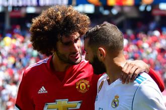 Матч «МЮ» с «Реалом» получился достаточно дружелюбным и прошел в дружеской атмосфере, что только подтверждают объятия Маруана Феллайни (слева) и Карима Бензема после финального свистка