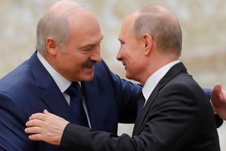 Президент Белоруссии Александр Лукашенко и президент России Владимир Путин во время встречи перед заседанием Совета коллективной безопасности ОДКБ во Дворце Независимости в Минске, 30 ноября 2017 года