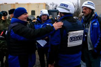 Сотрудники ОБСЕ во время обмена пленными между Киевом и самопровозглашенной Донецкой народной республикой у КПП «Майорск» на линии разграничения в районе Горловки, 27 декабря 2017 года