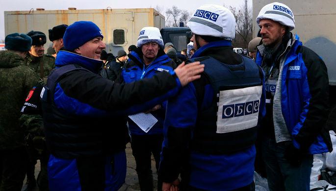 Сотрудники ОБСЕ во время обмена пленными между Киевом и самопровозглашенной Донецкой народной...