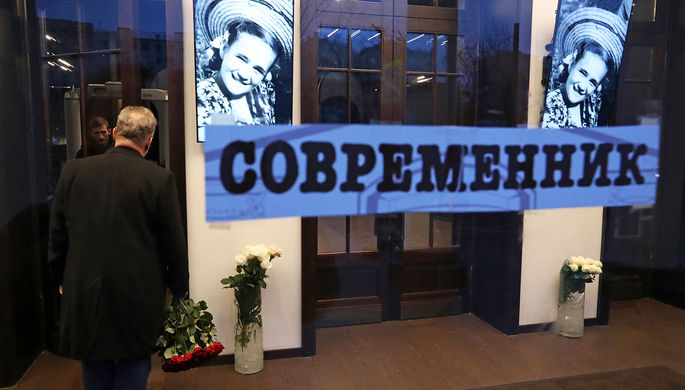 Цветы у театра «Современник» в Москве, 27 декабря 2019 года