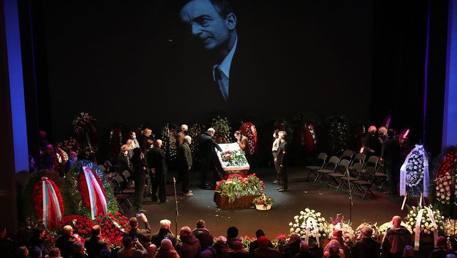 Во время церемонии прощания с народным артистом РСФСР Валентином Гафтом в театре «Современник», 15 декабря 2020 года