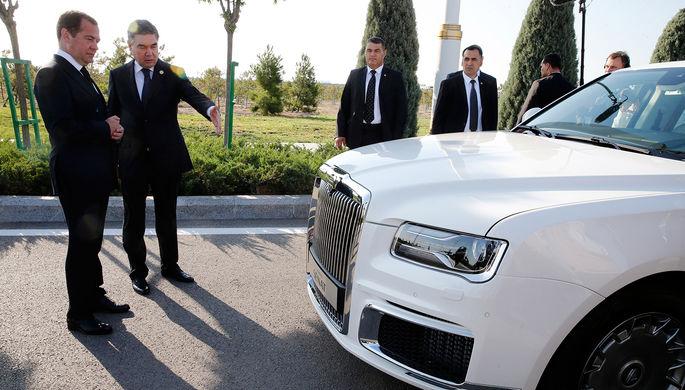 Премьер-министр России Дмитрий Медведев и президент, председатель кабинета министров Туркмении Гурбангулы Бердымухамедов около автомобиля Aurus Senat в городе Туркменбаши, август 2019 года