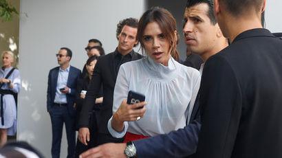 Виктория Бекхэм перед началом показа Dior в Париже, июнь 2018 года