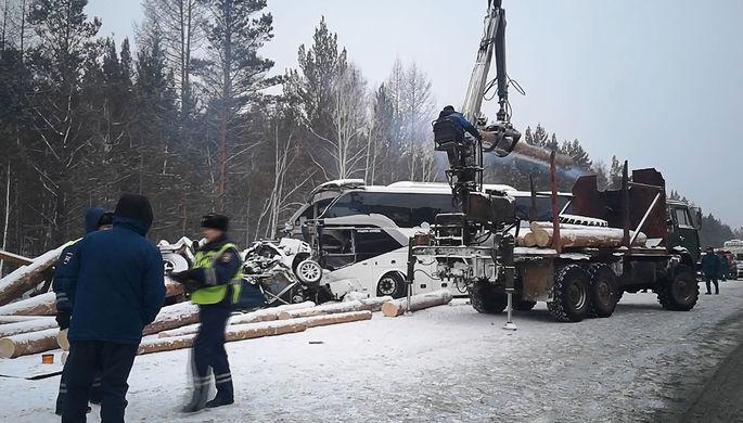 На месте ДТП с участием рейсового автобуса, грузового и легкового автомобилей в районе населенного пункта Кузнецовка на федеральной трассе «Вилюй» в Братском районе Иркутской области, 17 февраля 2021 года