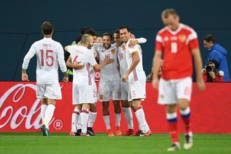 Игроки сборной Испании радуются забитому мячу в товарищеском матче между сборными командами России и Испании.