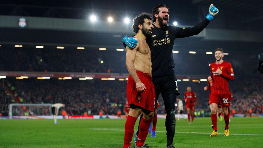 Футболисты «Ливерпуля» Мохамед Салах и Алисон Бекер в матче 23-го тура чемпионата Англии против «Манчестер Юнайтед»