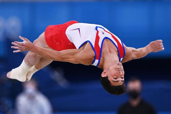 Российский спортсмен, член сборной России (команда ОКР) Артур Далалоян выступает свольными упражнениями вмужском индивидуальном многоборье насоревнованиях поспортивной гимнастике наXXXII летних Олимпийских играх, 28 июля 2021 года