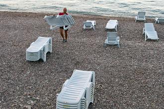 Работник пляжа в Гурзуфе