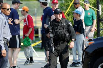 Сотрудник полиции на месте стрельбы в Александрии, штат Вирджиния, США