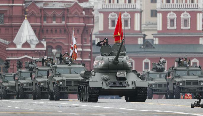 Танк Т-34-85 и бронеавтомобили «Тигр» во время военного парада Победы на Красной площади, 9 мая 2019 года
