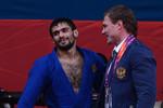 Арсен Галстян получает тренерские указания вполуфинальном поединке сРишодом Собировым