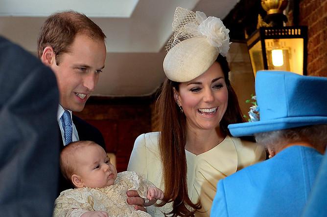 Принц Уильям и Кейт Миддлтон с сыном перед началом церемонии крещения, 2013 год