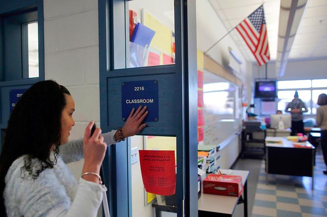 Перес читает знак, чтобы убедиться, в тот ли класс она попала