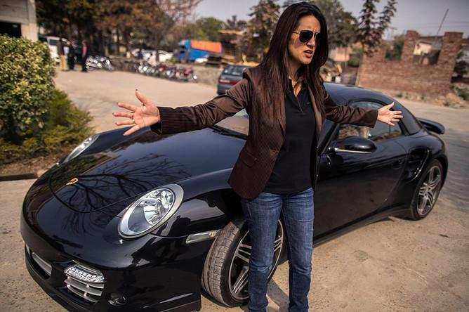 <b>Анса Хасан</b>, менеджер по маркетингу в компании Porsche. Анса готовится к предстоящему событию возле демонстрационного зала Porsche в Лахоре.